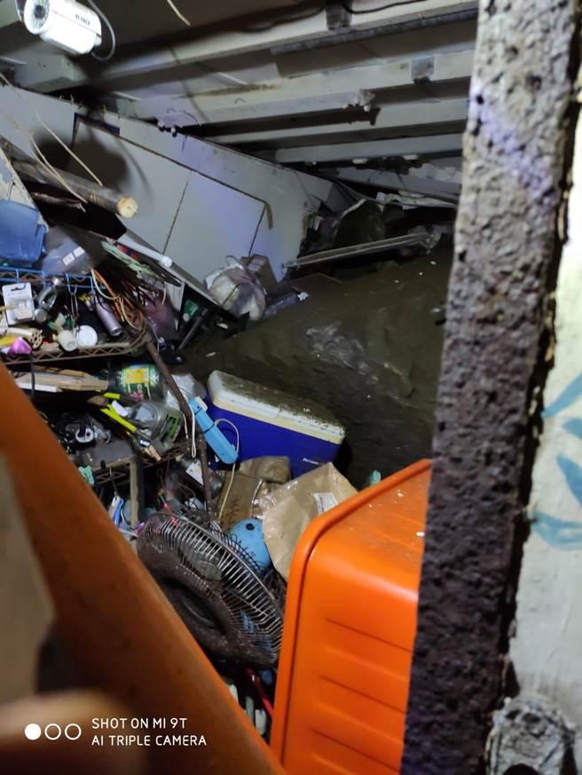 连日大雨导致许多地区土石松动,15日新北市瑞芳区鼻头路有一边坡滑动,2户民宅遭落石砸中。(翻摄照片/陈彩玲基隆传真)