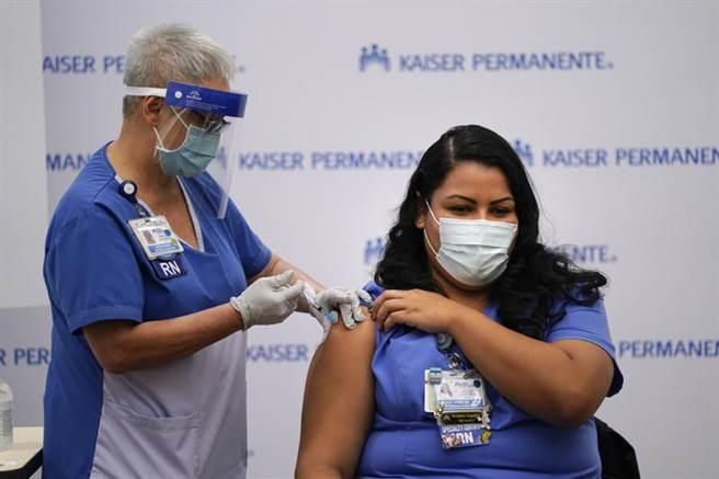 據World meter網站統計,截至台灣時間15日晚間,全美累計1700萬人染疫、死亡人數逼近30.1萬。圖為洛杉磯1名護士正接種輝瑞新冠疫苗。(美聯)