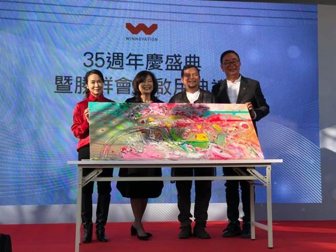 藝術家廖迎晰、陳炳臣兩位首度聯手,在勝群多功能展館創作《台灣映山紅》。(盧金足攝)