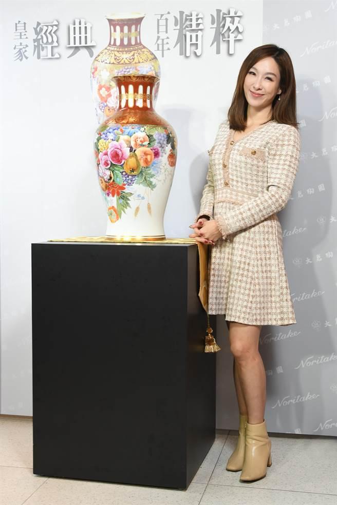 前台視主播張宇與Noritake全球限量的富貴祥虹合照,由品牌首席設計師鵜飼幸雄(UKAI Yukio)所設計並繪製,目前該花瓶僅剩一件。(旺代企業提供)