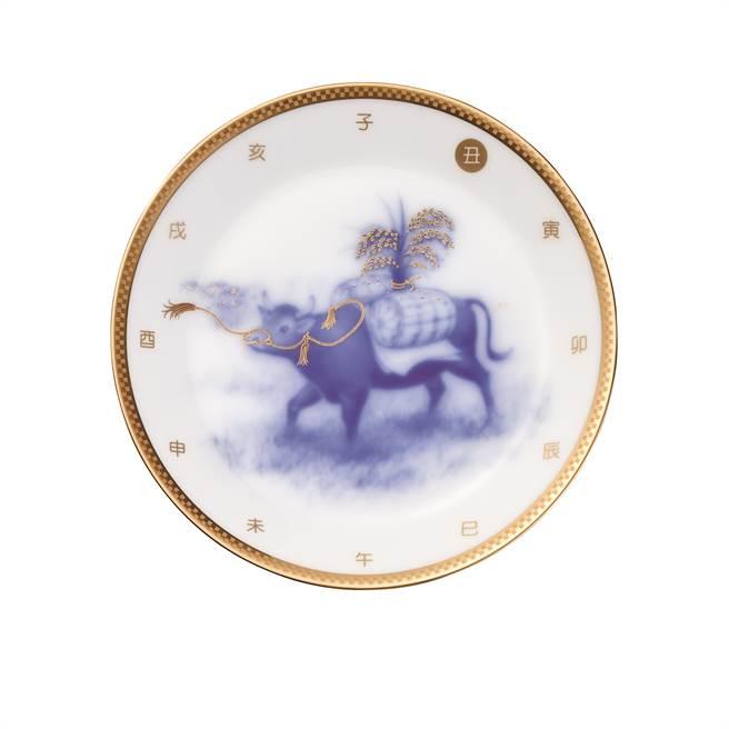 OKURA 2021牛年生肖盤,牛載百福16.5cm,1萬4600元。(旺代企業提供)