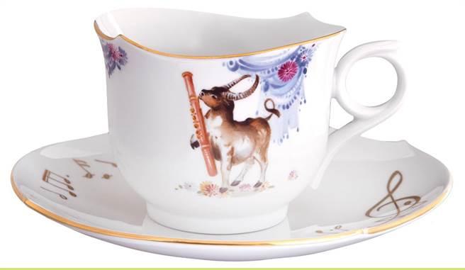 德國麥森瓷器愛樂生肖杯,牛轉乾坤,畫家安德斯•賀騰以輕鬆幽默的筆法繪製而成,3萬5350元。(國裕生活提供)