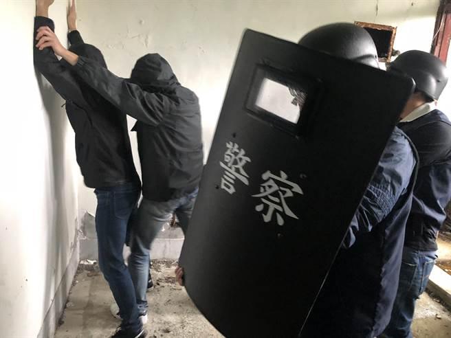 新北市瑞芳警分局15日與轄區彰化銀行合作,舉辦攔截圍捕演練。(新北市警局提供/陳彩玲新北傳真)