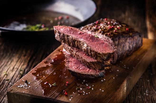 一位民眾想实测国外很红的「烤吐司机烤牛排」,准备来场浪漫的烛光晚餐,却换来悲剧下场。(示意图/Shutterstock)