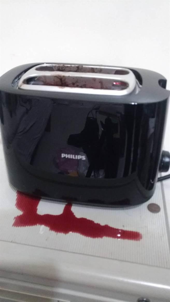 烤牛排过程中牛肉的血水还从吐司机底下流出,画面如同凶案现场。(摘自爆怨2公社)