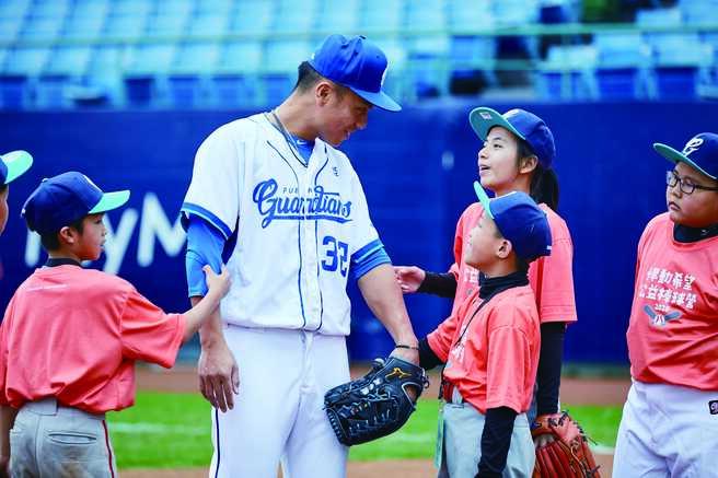 2020悍動希望公益棒球營透過能量滿載教練團隊,鼓勵孩子享受挑戰;圖為富邦悍將球員高孝儀與小球員互動。圖/富邦慈善基金會提供