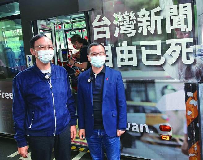 國民黨前主席朱立倫(左)陪同台北市議員羅智強(右)14日一起搭乘控訴台灣新聞自由已死的民主公車經過總統府。(陳君瑋攝)