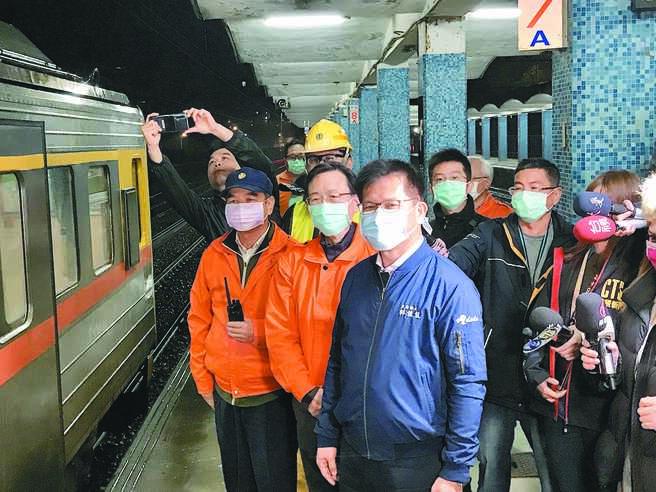 台铁瑞芳至猴硐段经日以继夜抢修,于13日晚间抢通东正线,交通部长林佳龙也亲到现场视察并感谢工程人员辛劳。(陈彩玲摄)