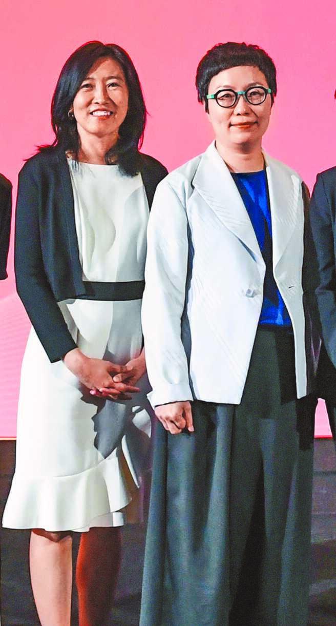 文策院董事長丁曉菁(右)、院長胡晴舫(左)。(文策院提供)