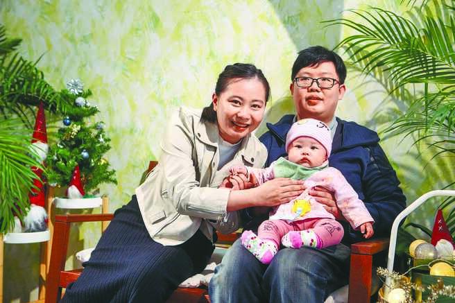 血癌全盲勇士江衍賢(右後),14日帶著太太與小孩出席領獎並分享他如何打敗癌症並結婚生子的生命故事。(鄧博仁攝)