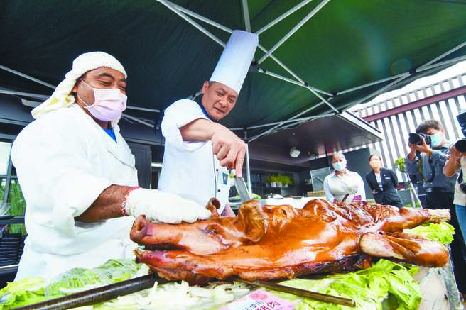 台東縣政府舉辦台東生鮮豬肉嘉年華,現場用台東豬肉現烤乳豬,令人垂涎。(莊哲權攝)