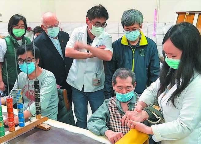 澎湖惠民醫院重建募款,前副總統陳建仁(後排右一)、呂若瑟神父(後排左二)跨海代言公益。(陳可文攝)