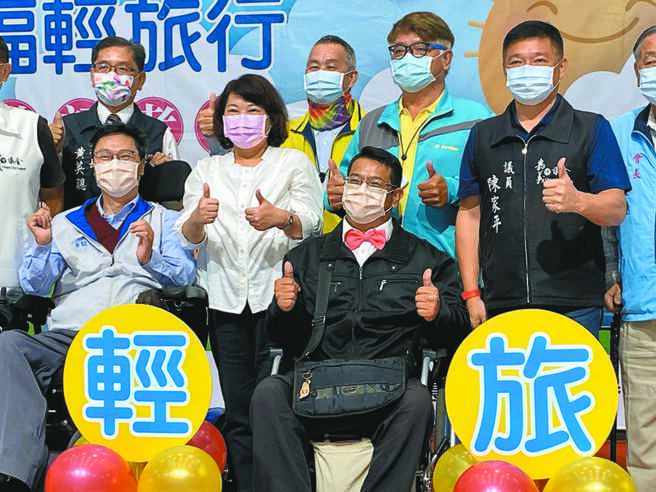 嘉義市長黃敏惠(著白衣)宣布啟動復康巴士輕旅行服務,鼓勵輪椅族旅遊趣。(廖素慧攝)