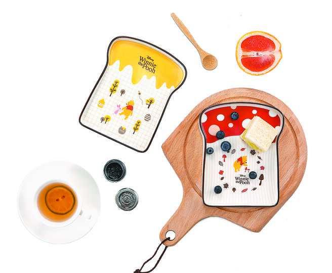 HOLA迪士尼系列維尼吐司點心盤,每件原價599元,特價399元。(HOLA提供)
