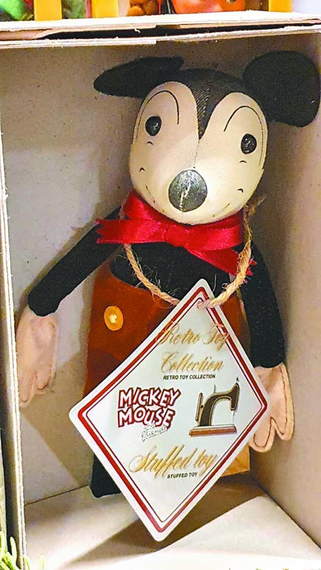 寬庭美學的絕版原始版米奇玩偶,3080元。(寬庭美學提供)