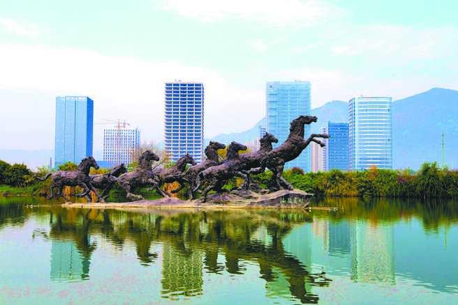 中共中央政治局會議13個字定調樓市,未提「房住不炒」。圖為福州東部新城高樓。(中新社)