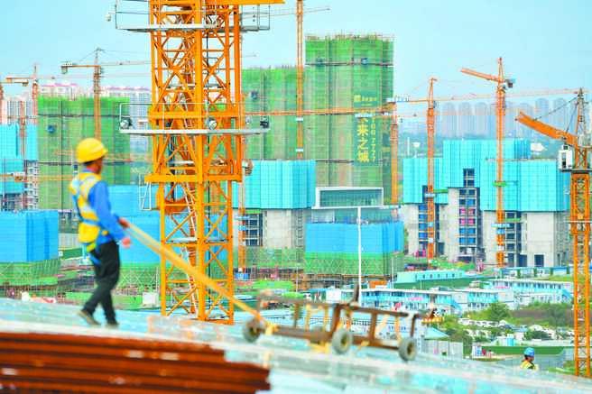 大陸促進房地產市場平穩健康發展。圖為成都一在建樓盤工人正工作中。(中新社資料照片)