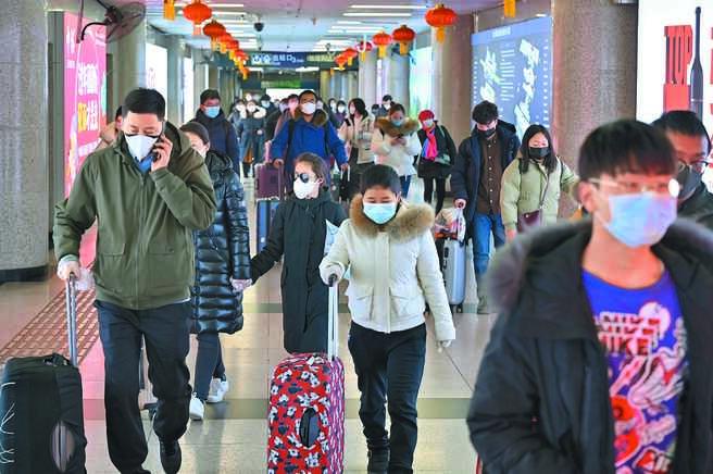 2020年1月初的農曆新年遇新冠疫情攪局,大陸春運旅客們都配戴口罩防疫。(中新社資料照片)