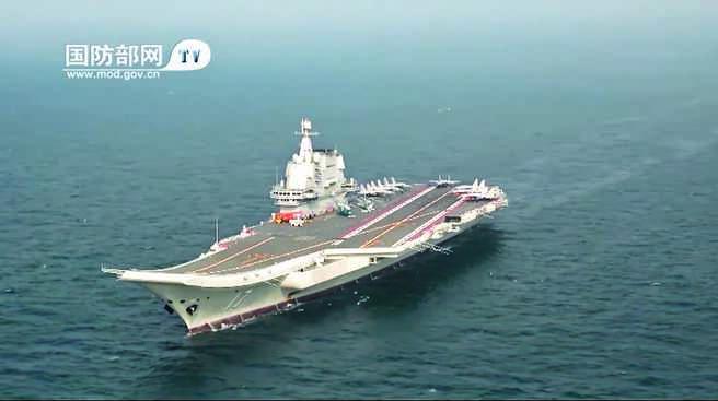 大陸第1艘自製航母「山東艦」服役後首次海上訓練畫面。(影片截圖自微博@人民海軍)