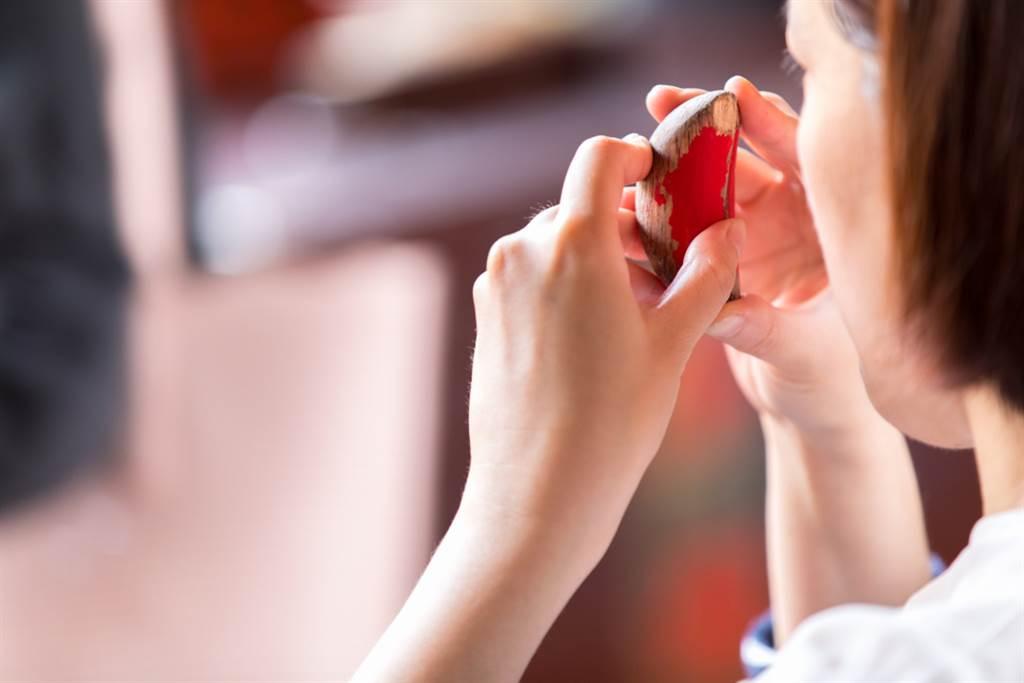 男被告知罹患鼻咽癌,突然想起2年前曾去宮廟問事,後翻出當初的字條,一看全身起雞皮疙瘩,原來神明早提醒。(示意圖/Shutterstock)