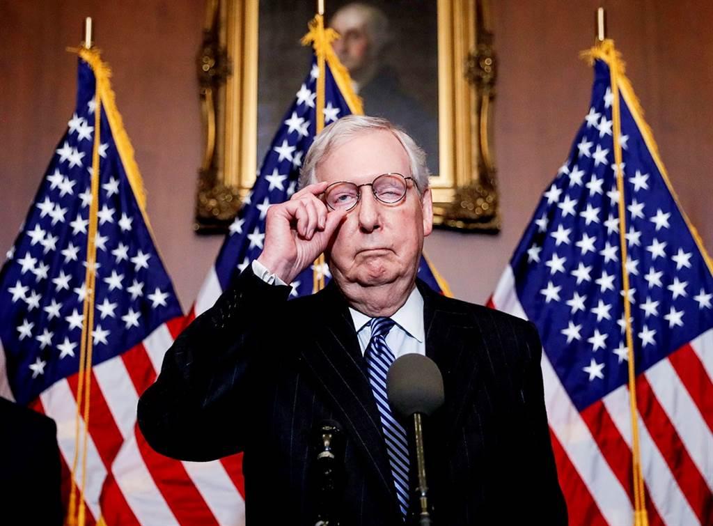 美国会将在明年1月6日清点选举人团票数,先前有共和党议员表态,将会对计票结果提出异议,不过传出参议院多数党领袖麦康奈已经私下告诫议员不要这么做,强调此举「并非所有人的最佳利益」。(图/路透社)(photo:ChinaTimes)