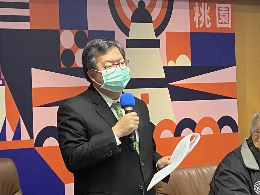 桃園市長鄭文燦宣布廢止龍潭高平養雞場籌設許可。(蔡依珍攝)
