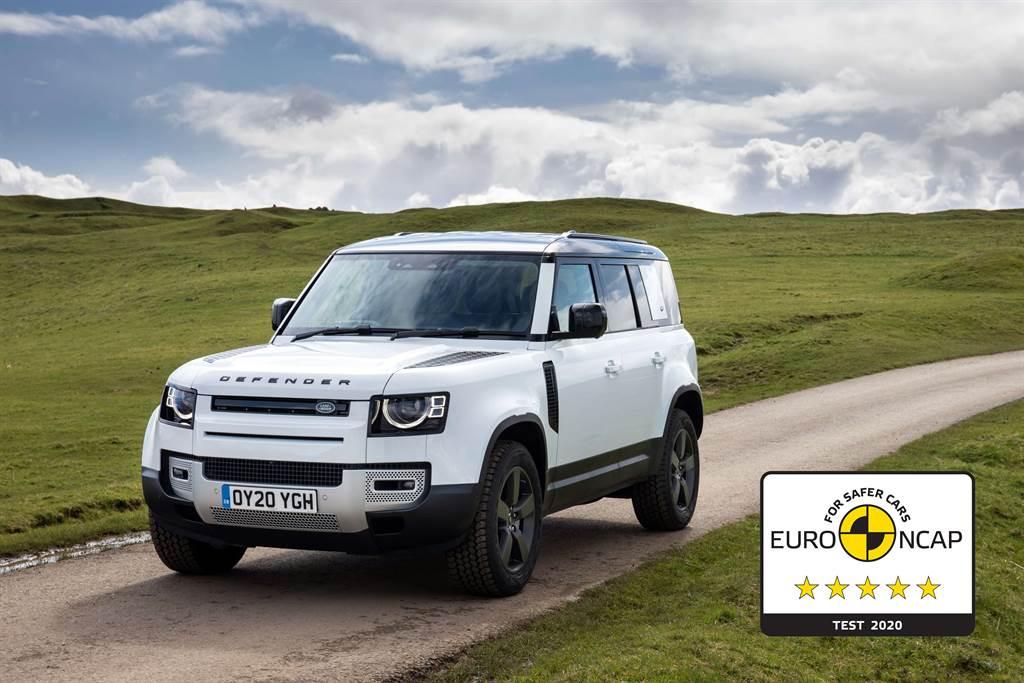 全新世代LAND ROVER DEFENDER以先進的主被動安全防護科技,榮獲EURO NCAP安全評鑑五星最高評等,全方位守護行車安全。