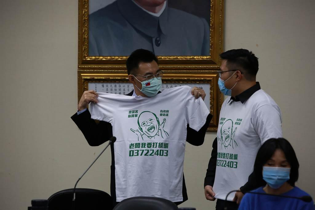 田方倫(右)還拿T恤到中常會給黨主席江啟臣(左),江拿起來秀給中常委們看,大讚有創意。(黃福其/攝)