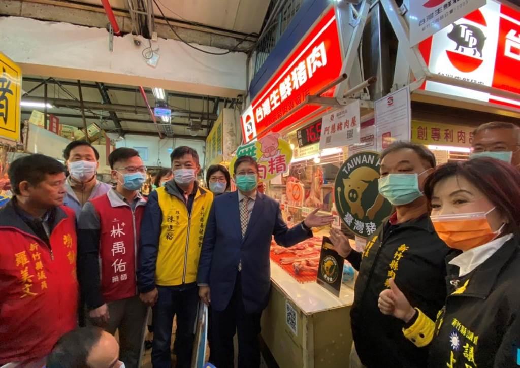 新竹縣長楊文科(右三)16日前往竹北傳統市場,宣導豬肉產地標示。(莊旻靜攝)