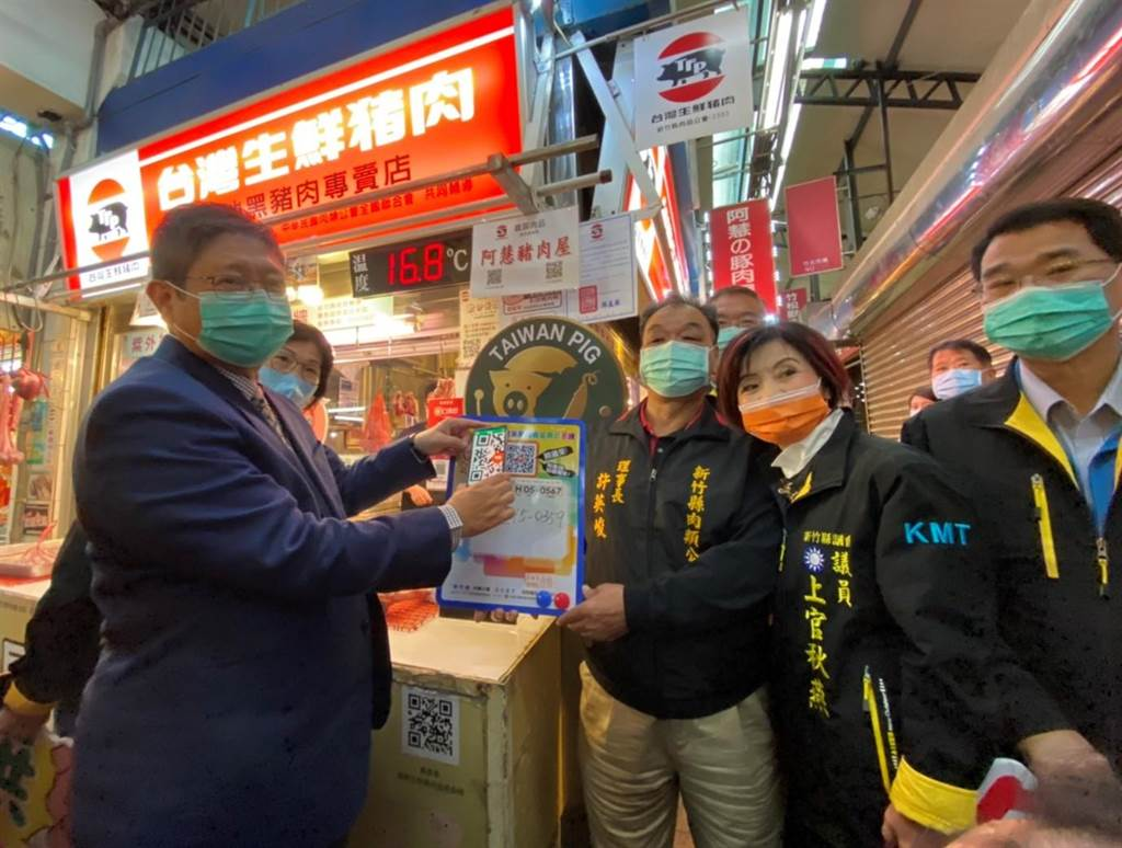 新竹縣長楊文科(左)16日前往竹北傳統市場,宣導豬肉產地標示。(莊旻靜攝)