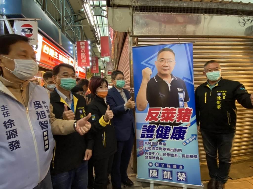 新竹縣議員陳凱榮(右一)製作行動看板,宣示反對萊豬的立場。(莊旻靜攝)
