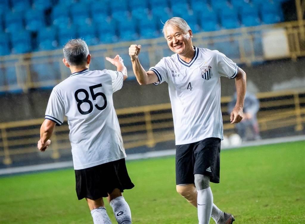凱基銀行董事長魏寶生(右)在南北對抗賽送出漂亮助攻,與隊友擊掌慶祝。(BE HEROES提供)