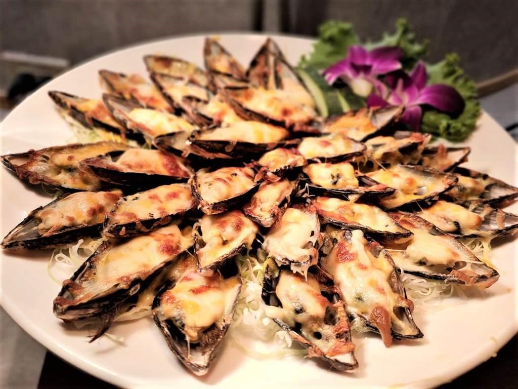 鹿鳴溫泉酒店「良時自助餐廳」針對台東民眾推出縣民優惠專案的耶誕大餐。(鹿鳴提供)