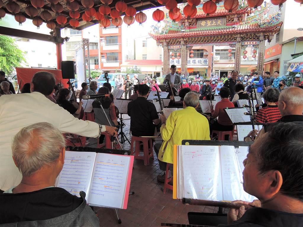 水上長青國樂團和橋下國樂團16日在璿宿上天宮,為27日「賢拜音樂會」進行暖場表演。(張毓翎攝)
