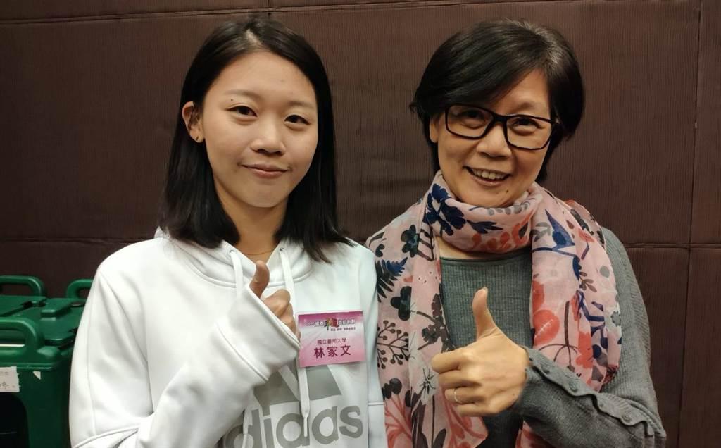 2020國泰卓越獎助計畫特殊功績獲獎學生林家文(左)與媽媽開心合影。(國泰提供)