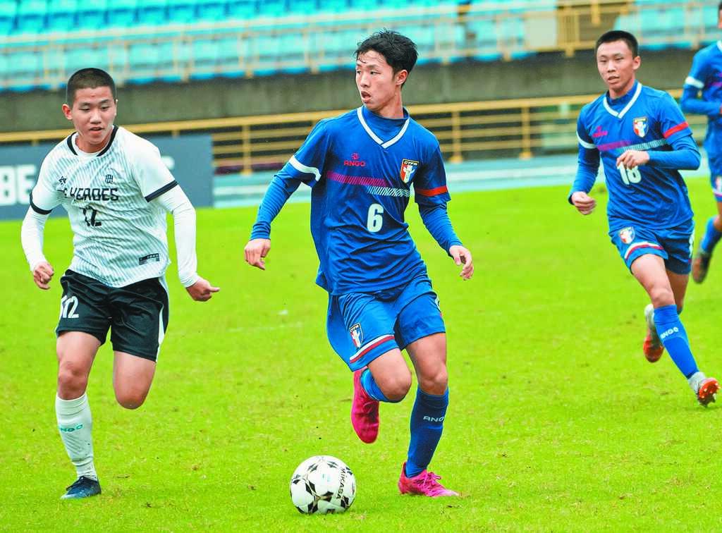 BE HEROES高中足球對抗賽,U20潛力培訓隊許博傑(中)包辦全場兩顆進球。(BE HEROES提供)