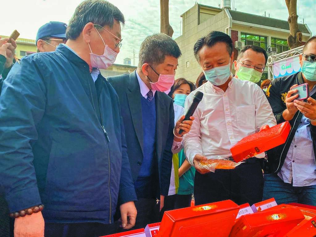 衛福部長陳時中(左二)、嘉義縣長翁章梁(左三)到新港鄉視察傳統中式喜餅標示。(張亦惠攝)
