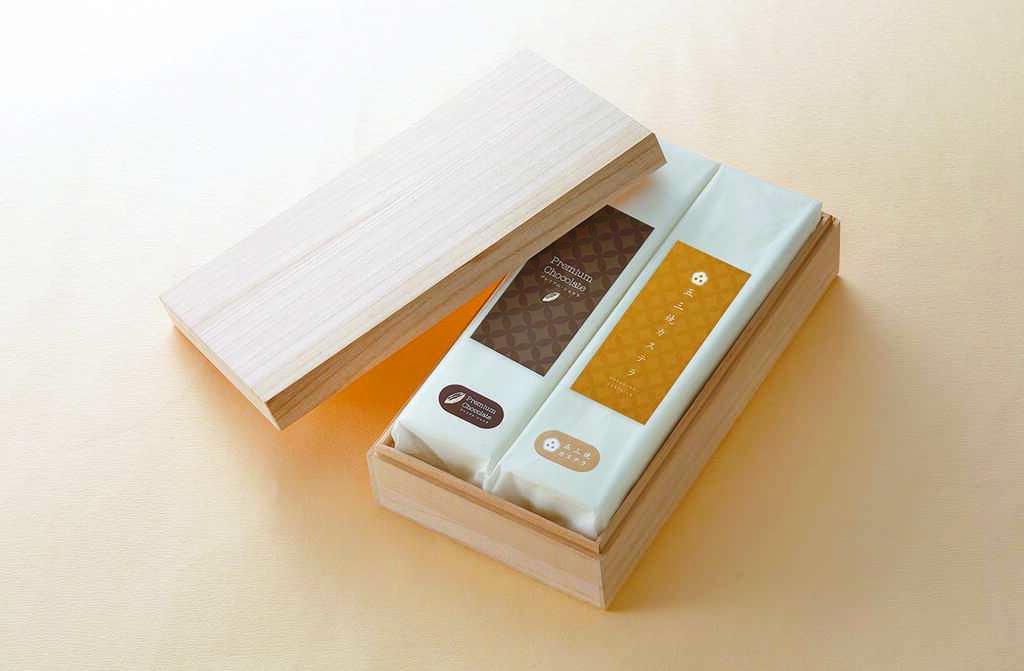 Breeze Super杉谷本舖長崎蛋糕五三燒雙入木盒禮盒,五三燒原味、五三燒頂級巧克力口味,各1入,2160元。(微風提供)