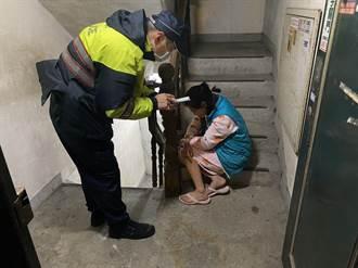 妇人凌晨外出遭反锁门外 警方暖心协助