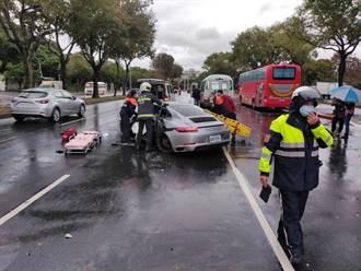 保時捷失控撞路樹 後輪噴飛又撞公車 駕駛受傷送醫