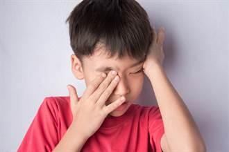 男童眼球腫如荔枝淚不停!爸媽嚇壞 醫示警:千萬不要揉