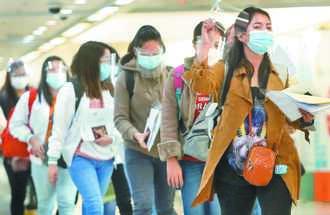 台灣入境靠防堵 出境量體溫戴口罩