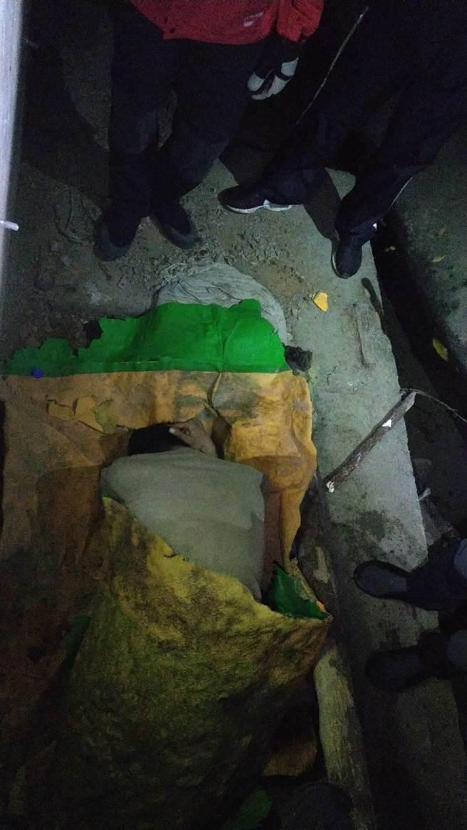 邱男躲在廢棄山洞內,以防水布取暖,身體虛弱。(警方提供/王文吉台中傳真)