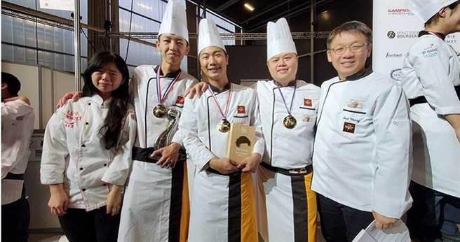 高雄餐旅大學教務長(右)在2019年領軍,莎士比亞創辦人王鵬傑擔任教練,率領選手前往法國參加第七屆世界麵包大賽,奪得銀牌佳績。(圖/翻攝畫面)