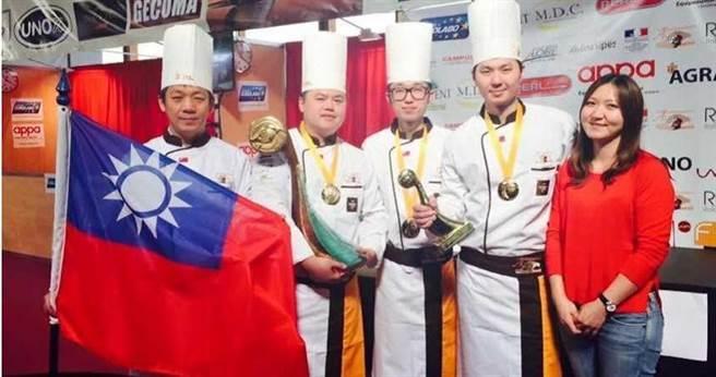 高雄餐旅大學教務長張明旭(左)幾乎每年都帶著王鵬傑(左2)參加世界麵包大賽,引發校內雜音。(圖/讀者提供)