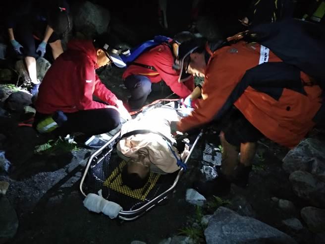 37歲邱姓男子在中橫便道失蹤40日,16日凌晨在台8線13k處對面的廢棄電廠山洞尋獲,圖為警消連夜將體力不支的邱男救援下山。(圖/警方提供)