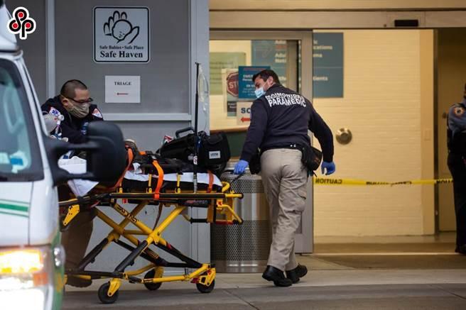 大陸學者指疫情讓美國正在失去自我調節能力。圖為美國累計新冠死亡病例超過30萬例。12月14日,在美國紐約,工作人員將一名患者送入醫院。(新華社)