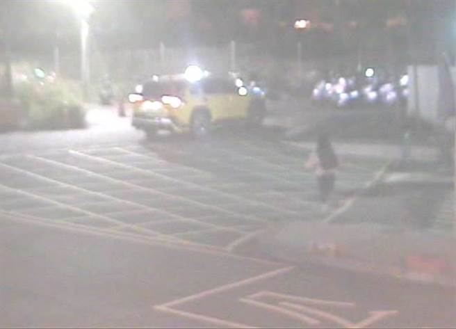 黃女下車後計程車就逕自駛離,黃女連忙拔腿狂追,但仍追不到只好報警求助。(警方提供/陳世宗台中傳真)