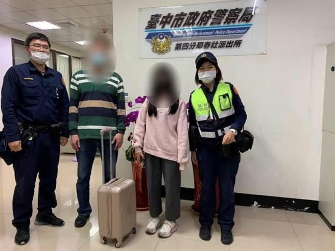 黃女見行李失而復得,破涕為笑,感謝警方熱心幫忙,順利找回她的行李箱。(警方提供/陳世宗台中傳真)