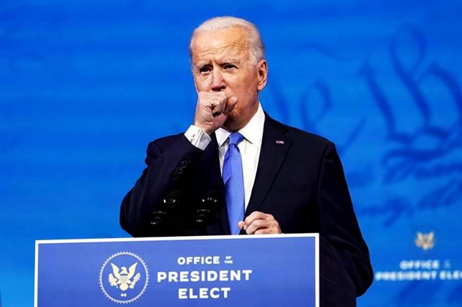 拜登14日在選舉人團投票、確認勝選後的首場演說中頻頻咳嗽、清喉嚨,引發外界擔憂身體狀況,他後續證實有輕微感冒。(圖/美聯社)